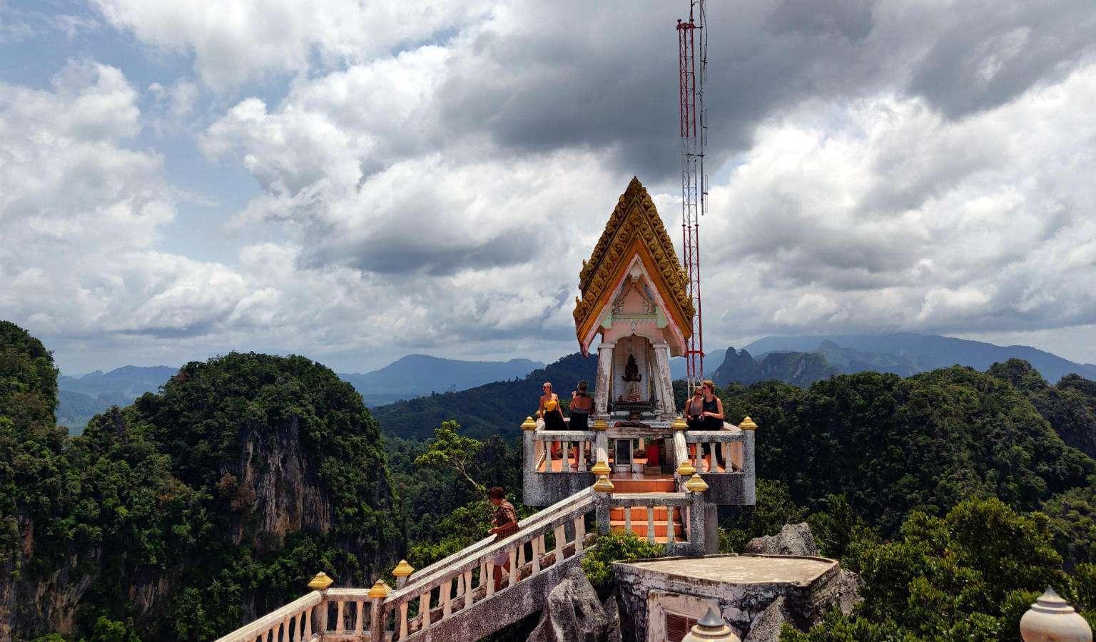 Tempel op Tiger Cave met uitzicht op karstgebergte en Krabi en omgeving.