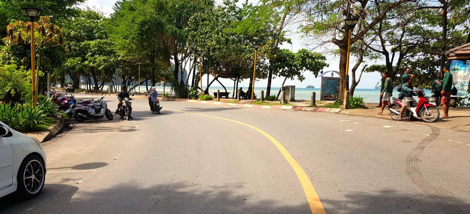 geasfalteerde weg langs Ao Nang Beach