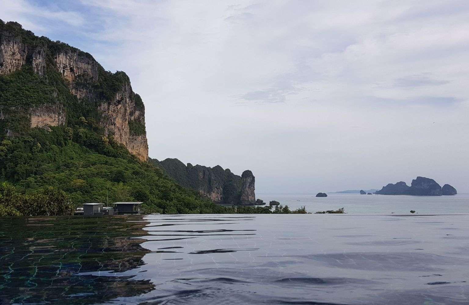 De infinity pool van het Aonang Cliff Beach Reort met uitzicht op de zee en kalksteen rotsen van Ao Nang in Krabi, Thailand