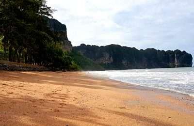 Ao Nang Beach Strand Met Op De Achtergrond Kalksteenrotsen