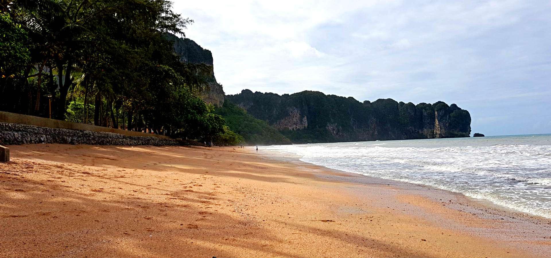 Ao Nang Beach, strand en zee met op de achtergrond grote kalksteenrotsen in de zee