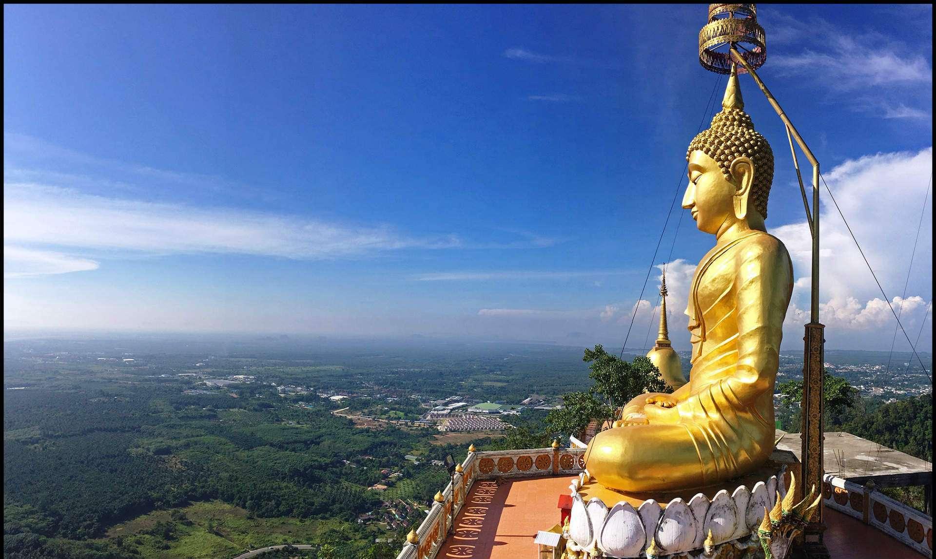 Tiger Cave Tempel, grote Gouden Boeddha boven op het tempel complex, met uitzicht over Krabi.
