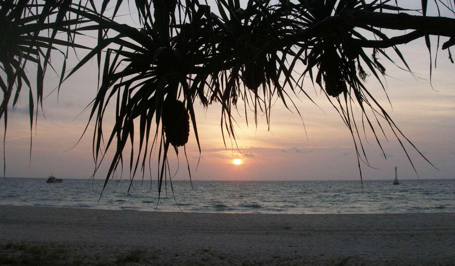 Zonsondergang vanaf het strand van het eiland Ko Tarutao