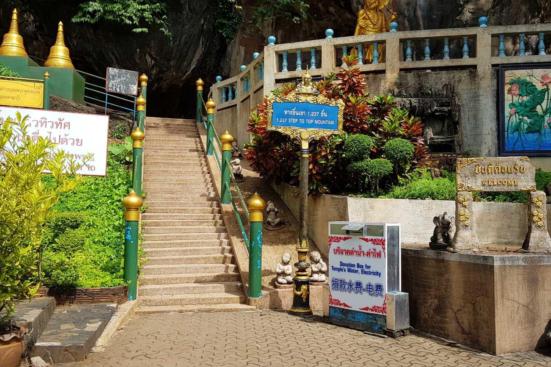 Begin van de trappen naar boven Tiger Cave Tempel Krabi