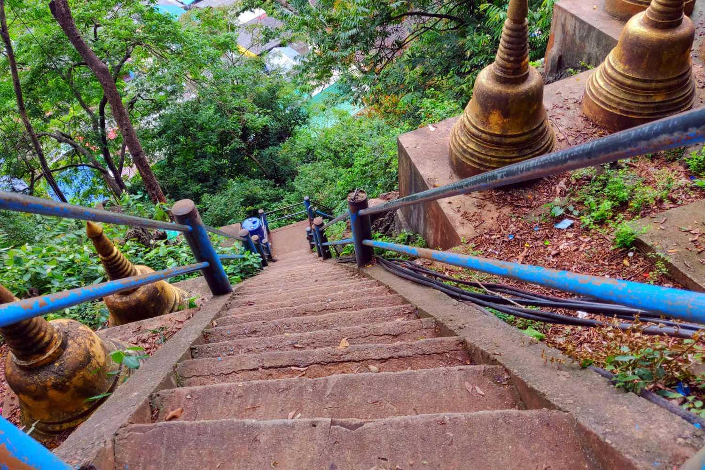 Steile betonnen trap naar de Tiger Cave Tempel met uitzicht over Krabi