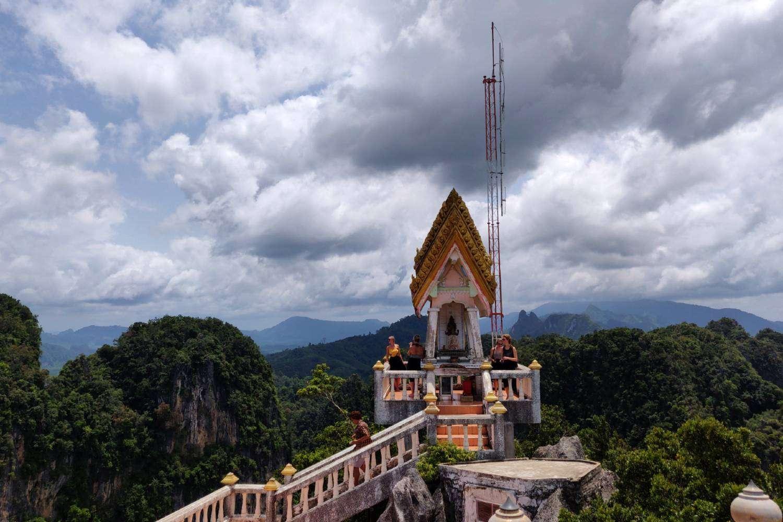 Tempel op de top van de Tiger Cave met uitzicht op karstgebergte van Krabi