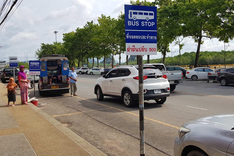 Blauw bord voor busstop Songtheaw in Krabi Town