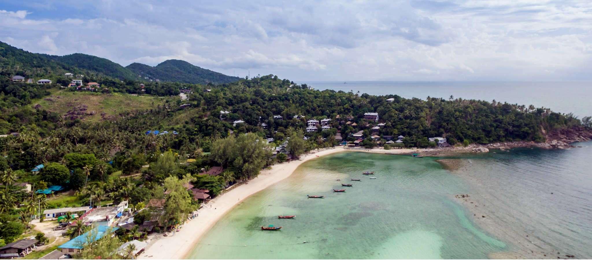 Overzichtfoto met een drone van het strand Haad Salad, op het eiland Koh Phangan in Thailand