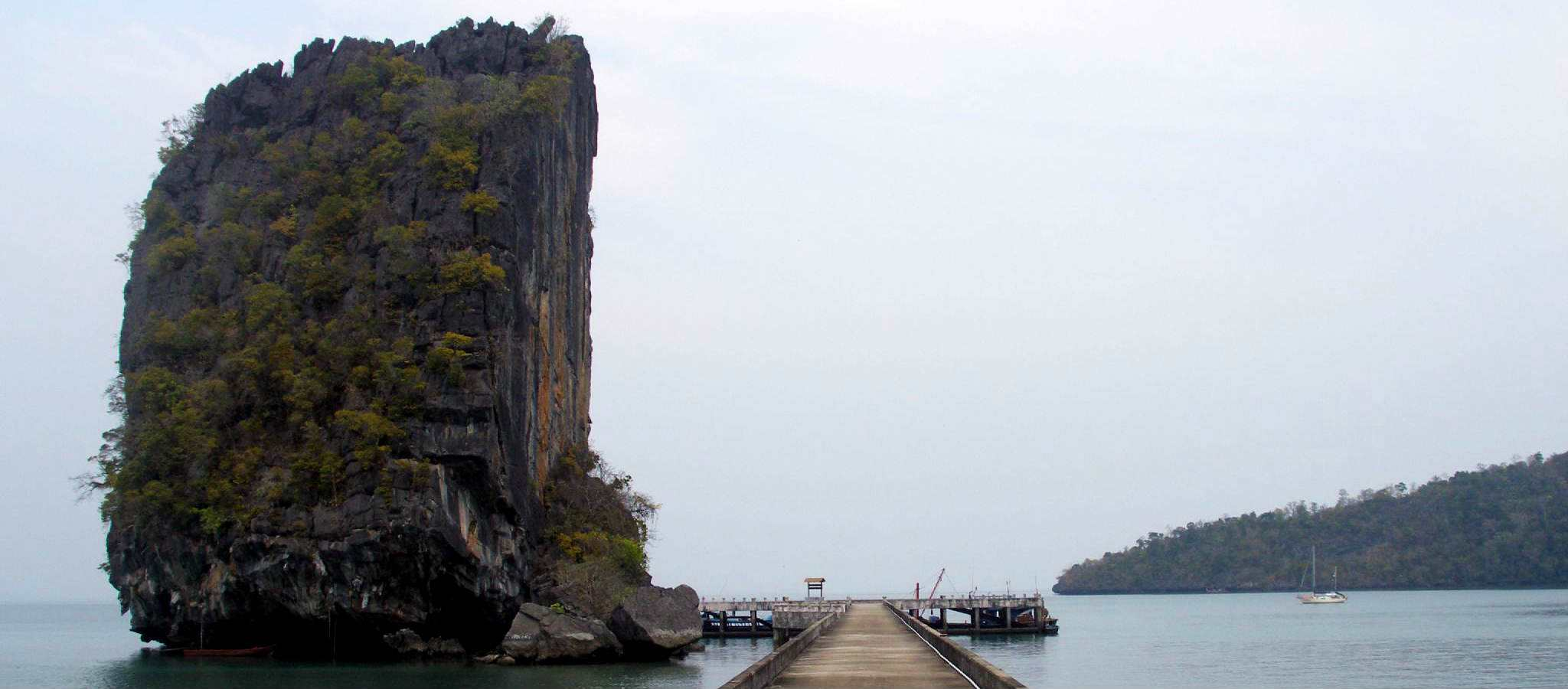 De markante gespleten rots bij de pier van Koh Tarutao in het zuiden van Thailand