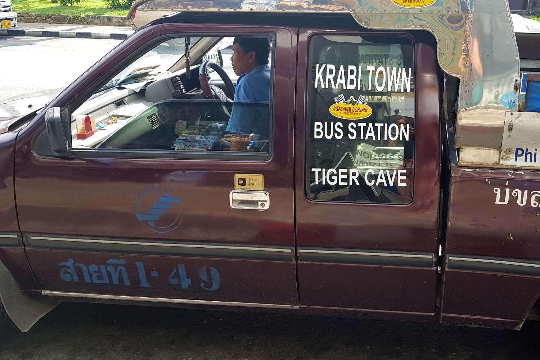 Rode Songtaew die staat te wachten in Krabi Town