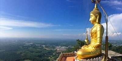Tip 4 Van Leuke Dingen Om Te Doen In Krabi Town Beklim De Tigercave Tempel. Met Een Grote Goudkleurige Boeddha Boven Op Een Berg En 360 Graden Uitzicht Over Krabi.