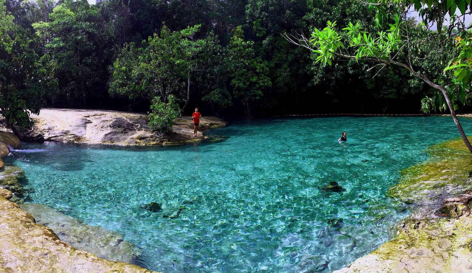 Blauwe water van Emerald Pool omring met rotsen en jungle, Krabi
