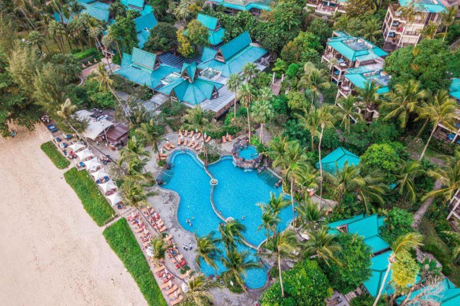 Overzicht foto Centara Grand Beach Resort & Villas Krabi met twee zwembaden aan het strand.