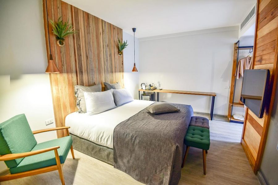 Family Tree Hotel ,Trendy chique hotel kamer met hout accenten.