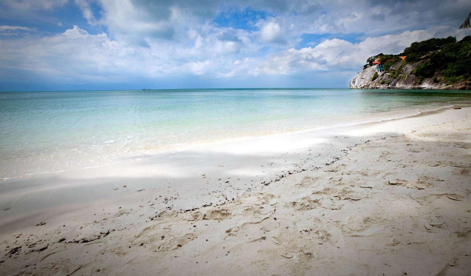 Het witte poerderzand van Leela Beach op Koh Phangan, Thailand