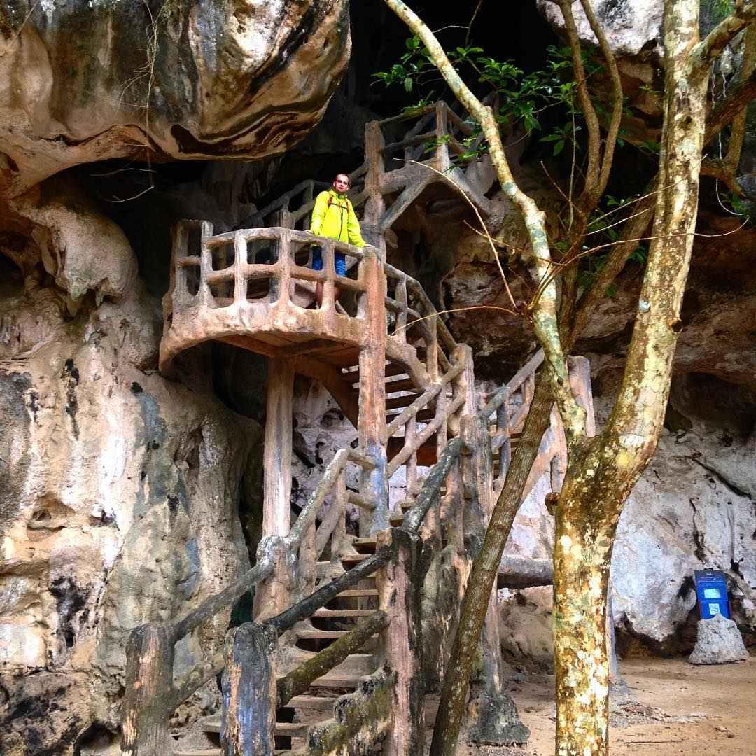 De trap naar de Khanap Nam Cave in Krabi