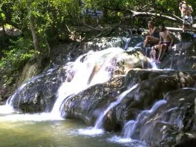 Kijk Op De Krabi Hot Spring Watervallen