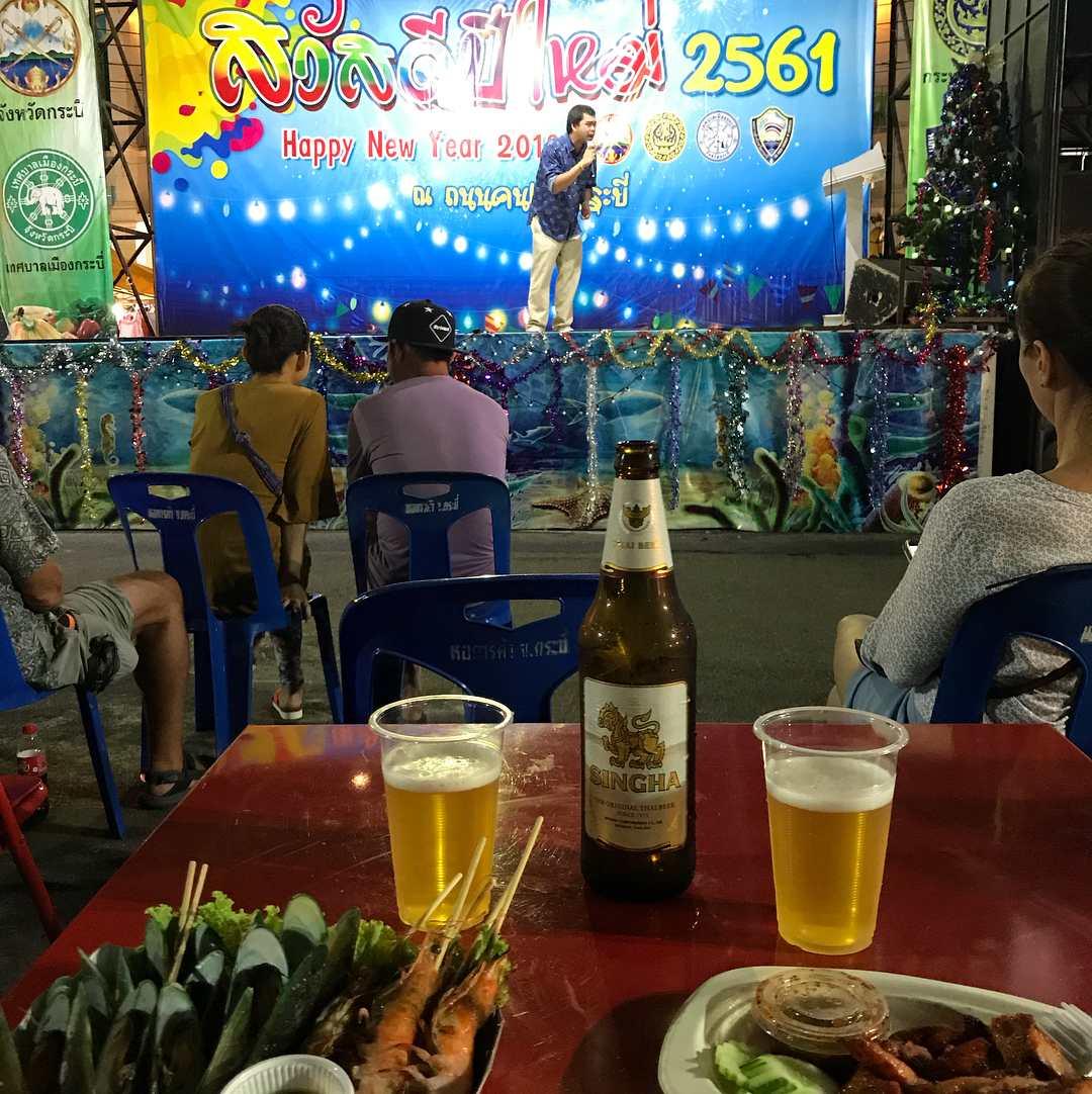 Luisteren naar muziek op het podium met een biertje en hapje op de Krabi Weekend Night Market