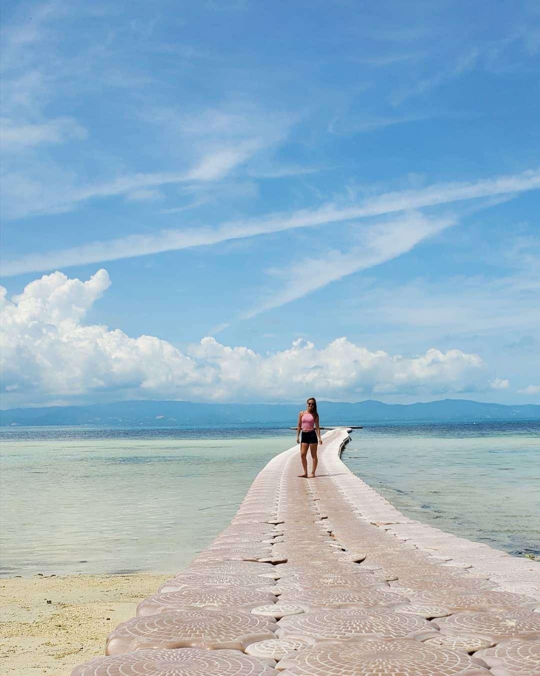 Drijvende pier op Leela Beach, Koh Phangan in Thailand