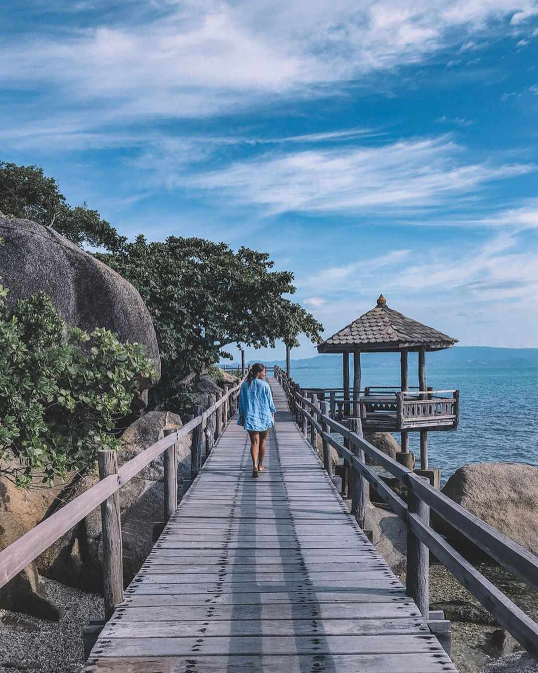 Loopbrug aan Leela Beach, Koh Phangan in Thailand