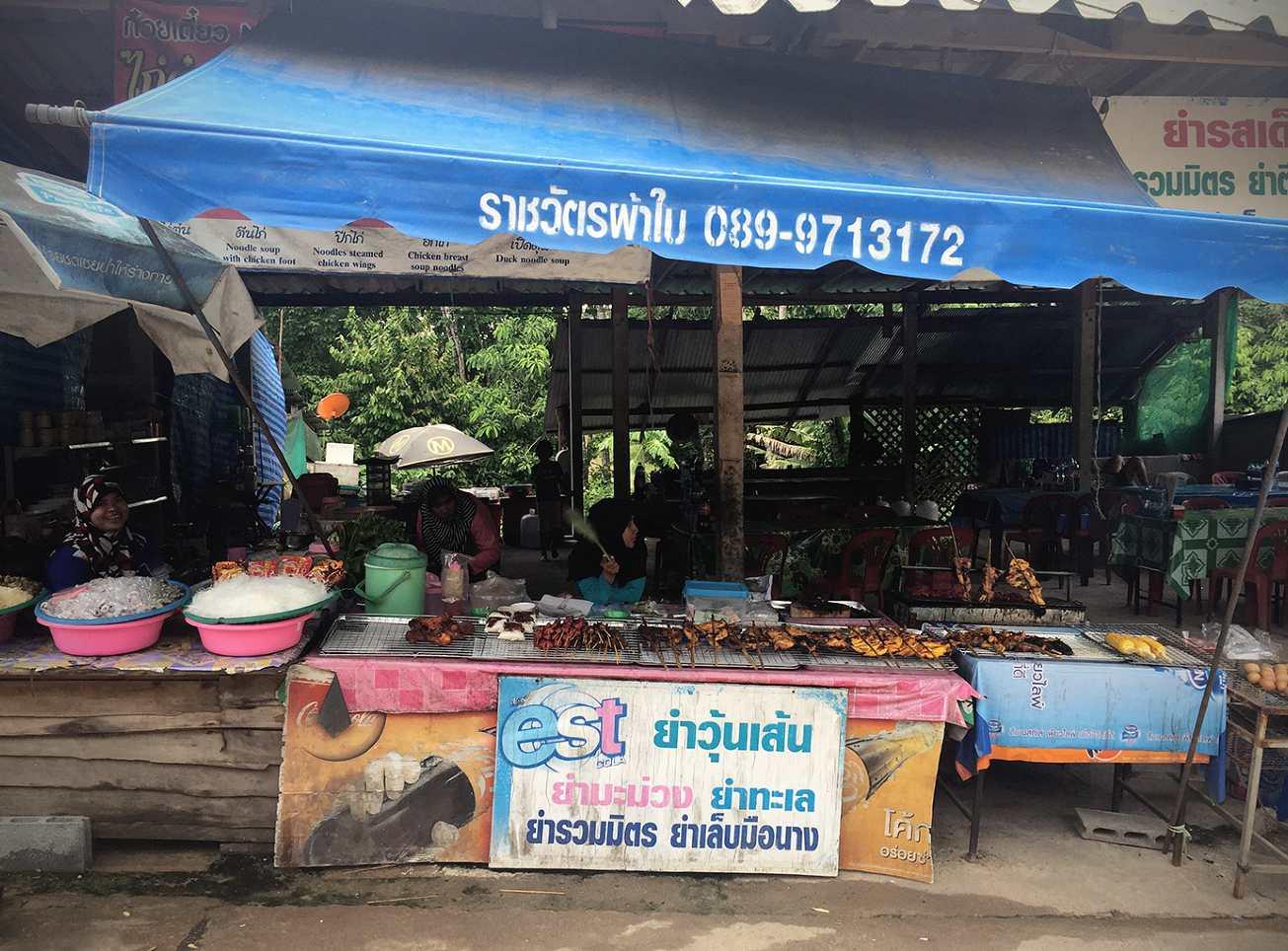Kraampje met eten en drinken bij de entree van Emerald Pool & Blue Pool