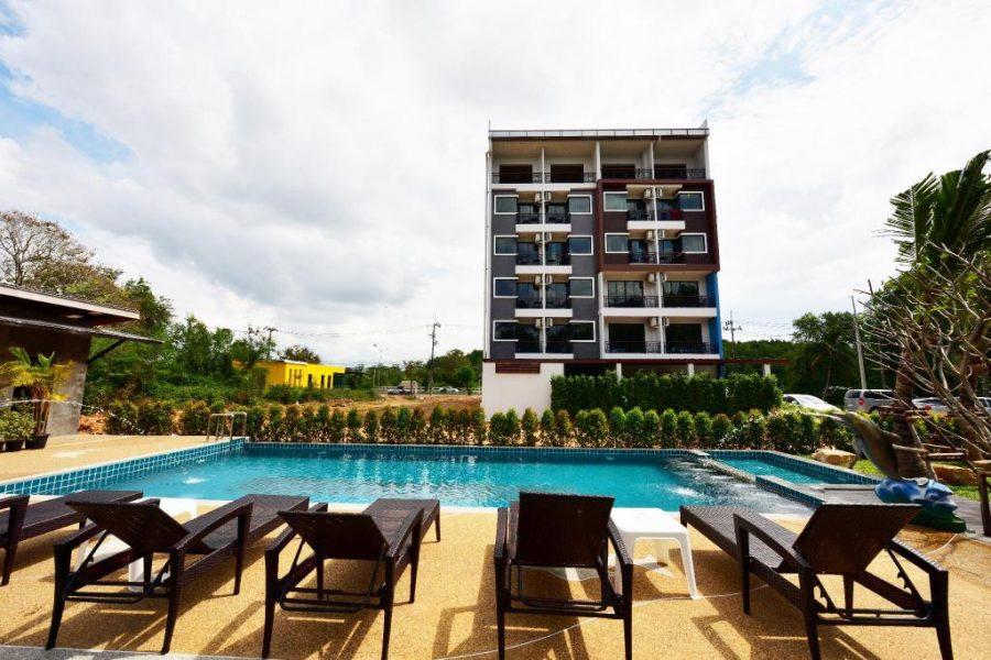 Zwembad met op de achtergrond het River View Hotel, Krabi Town