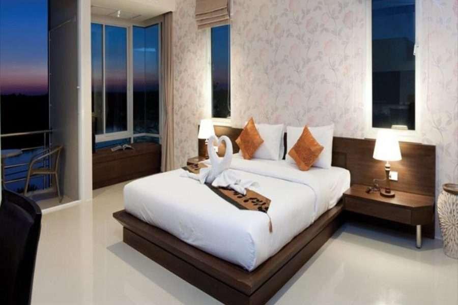 Hotelkamer met schuifdeuren naar balkon met uitzicht op de rivier, Krabi Town