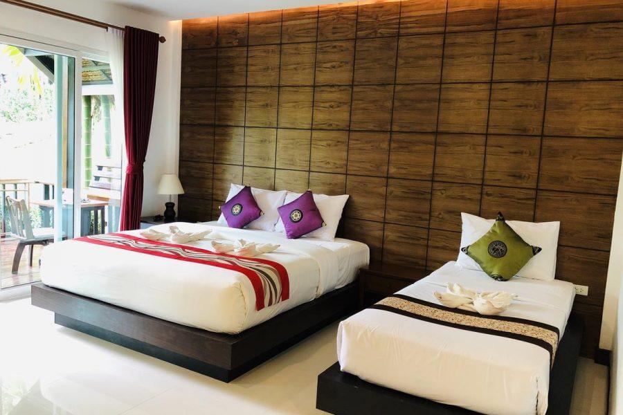 Hotel kamer van het Vipa Tropical Resort met een tweepersoonsbed en een eenpersoonsbed