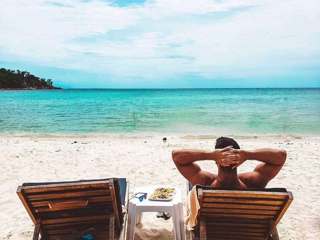 Uitzicht op de prachtige blauwe zee van Haad Salad