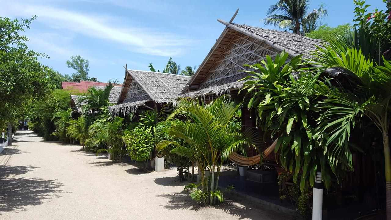 Cheap huts at Mikasa Beach House in Thong Sala, Koh Phangan