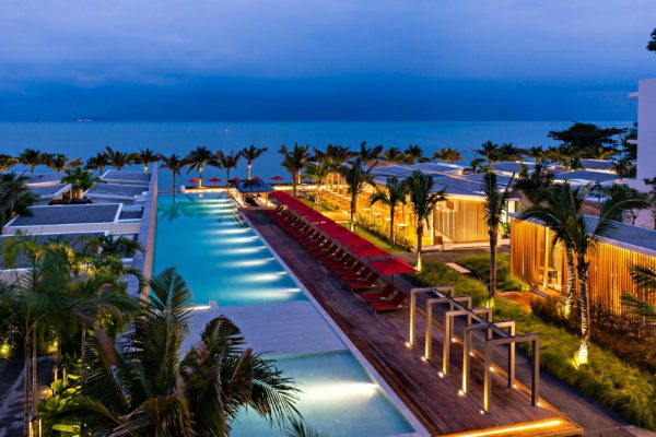 zwembad, palmbomen van SENSIMAR Koh Samui Resort and Spa aan het stn het strand van Maenam, Koh Samui.