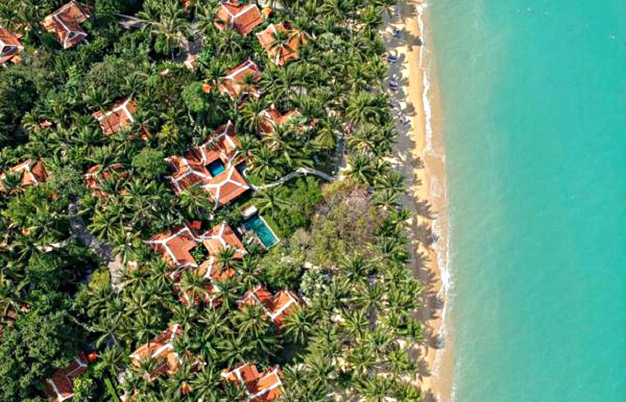 Bovenaanzicht van Maenam Beach met het Santiburi Koh Samui Resort.