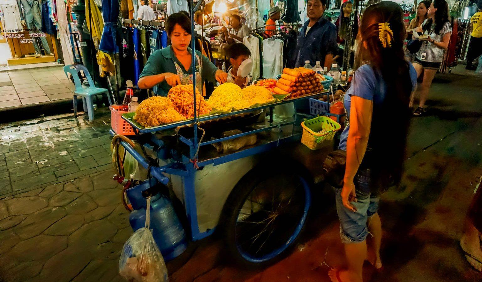 Pad thai stalletjes met verkoper op straat van Khaosan in Bangkok