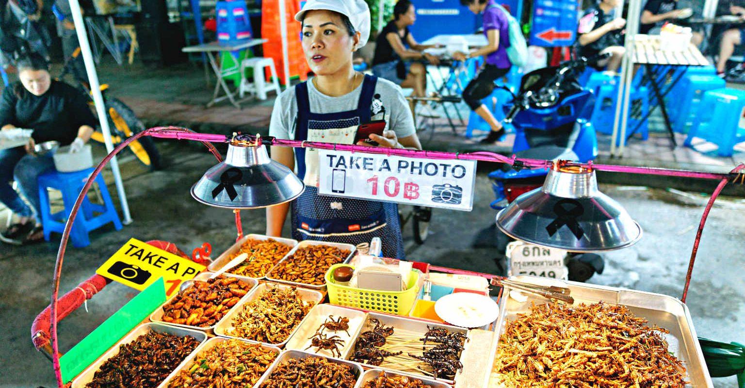Schorpioenen op een stokje en meelwormen te koop op Khaosan in Bangkiok