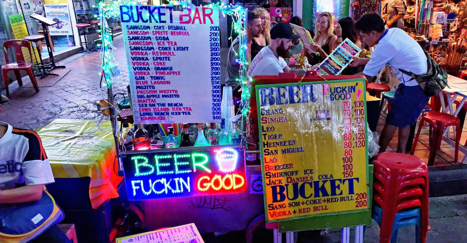 Allerlei soorten buckets met prijslijst, Khao San Road, Bangkok