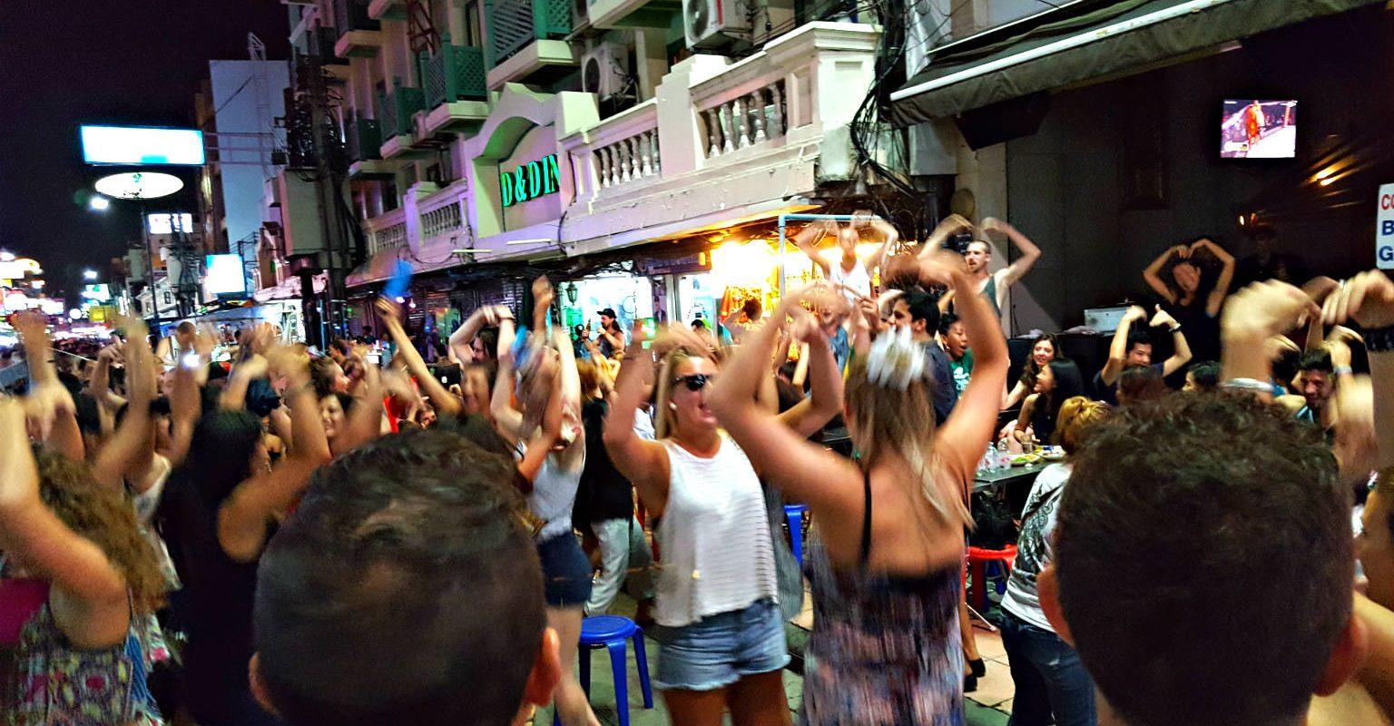 Khao San Road, de backpacker straat van Bangkok, mensen dansen de Macarena, Bangkok