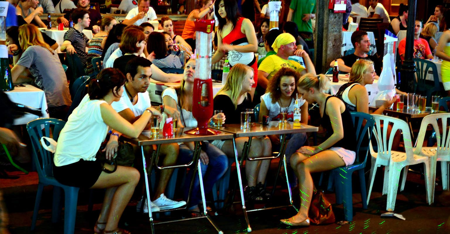 Khao san Road, drinkende mensen op straat.