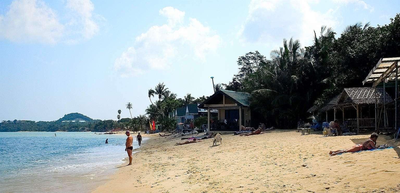 Maenam Beach, bungalows op het strand met uitzicht op zee.