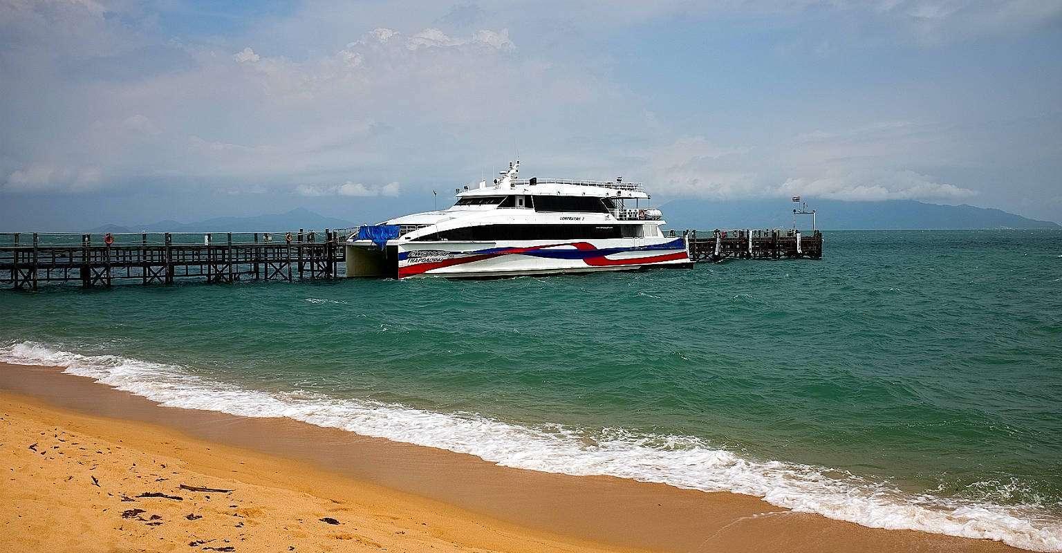 Maenam pier aan Maenam Beach met speedboot ferry.