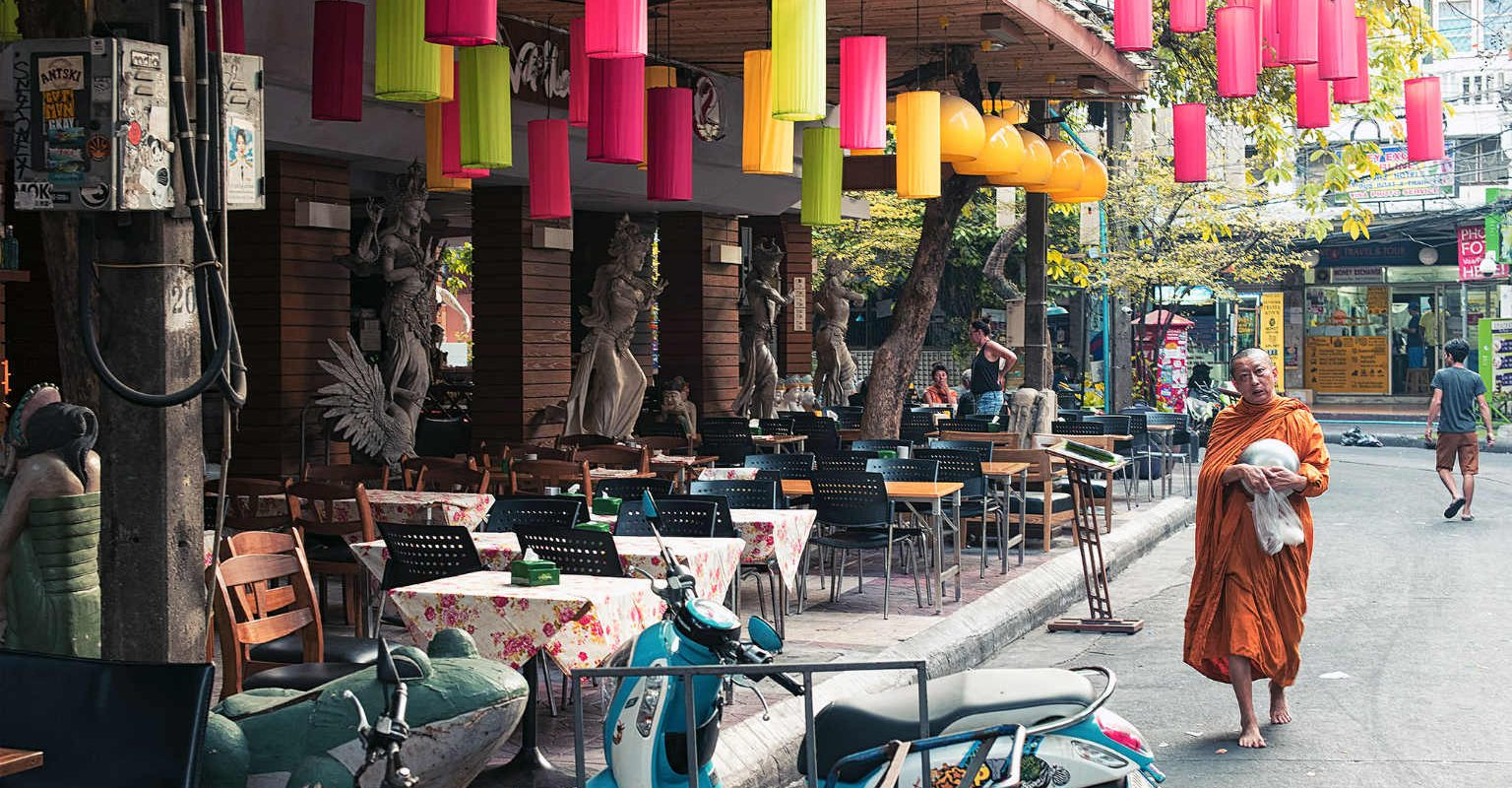 Thaise Monnik met oranje gewaad op Rambuttri Road, Bangkok