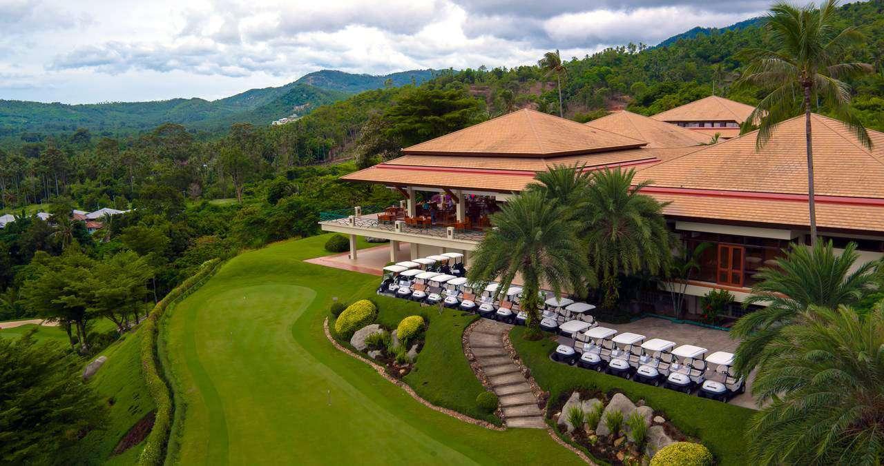 Santiburi Samui Country Club met glooiende heuvels en golfkarretjes.