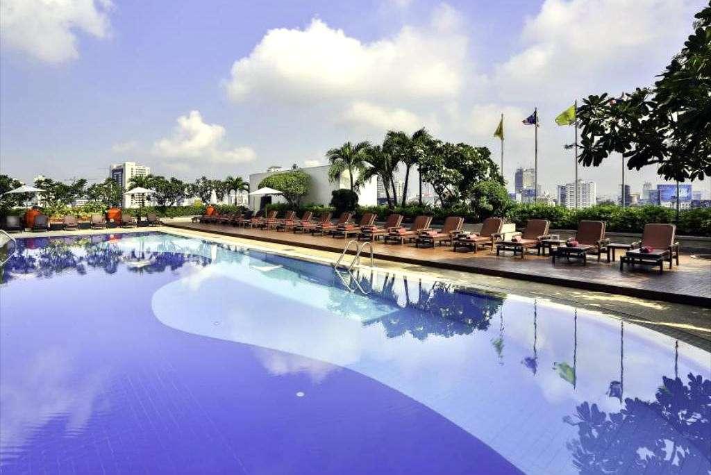 Zwembad van het Easting Hotel Makkasan in het Pratunam gebied van Bangkok, Thailand