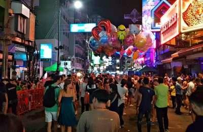 Feestende Mensen, Ballonnen En Neon Op Khao San Road, Backpacker Straat In Bangkok, Thailand
