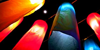 Rambuttri Road. Kleurige Sfeerverlichting Met De Maan Op De Achtergrond,