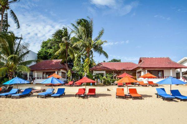 Bugalows en ligbedjes op het strand van Maenam, Koh Samui