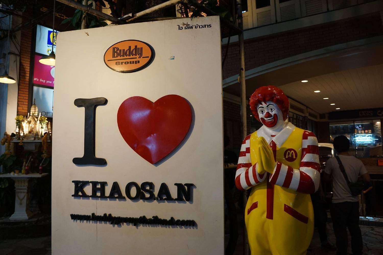 I Love Khao San Road bord met daarnast Ronald McDonald die de wai doet
