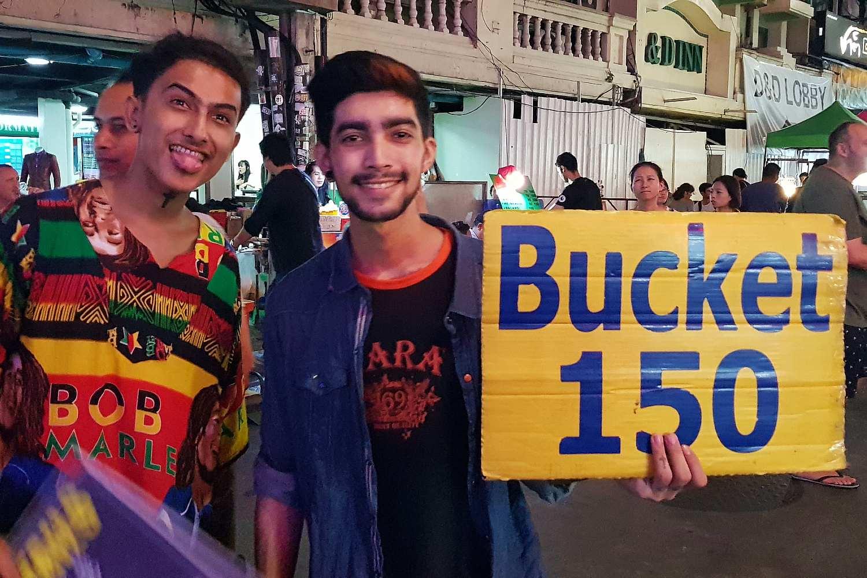 Buckets met drank voor 150 baht op Khao San Road