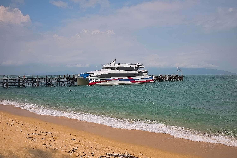 Ferry aangemeerd op de pier van Maenam Beach op Koh Samui
