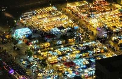 De Neon Night Market In Bangkok Van Bovenaf
