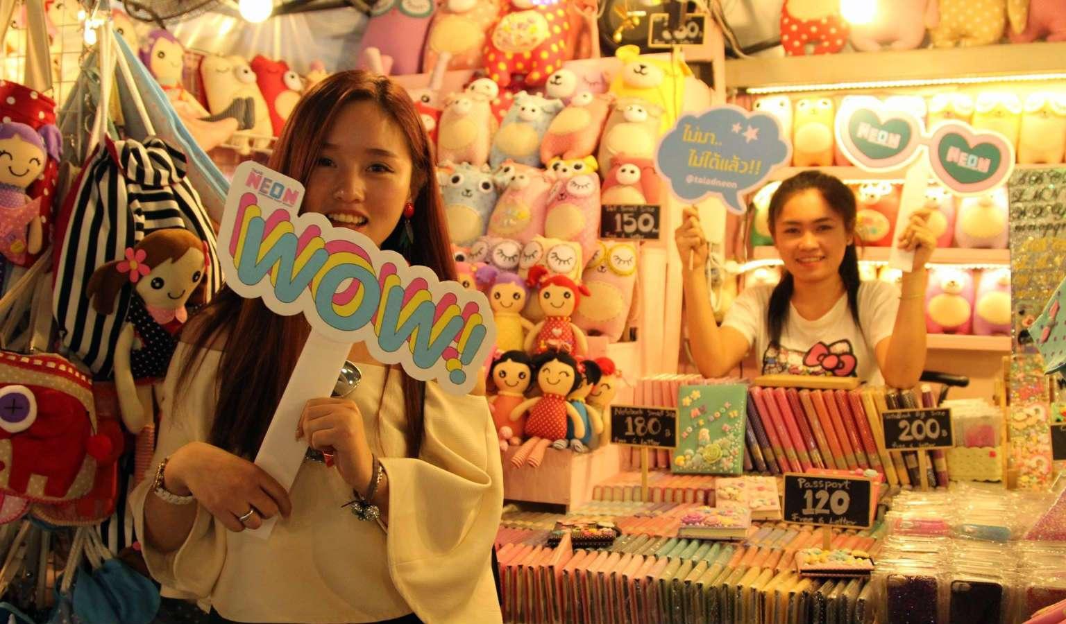 Meisje aan het promoten op de Neon Night Market in Bangkok